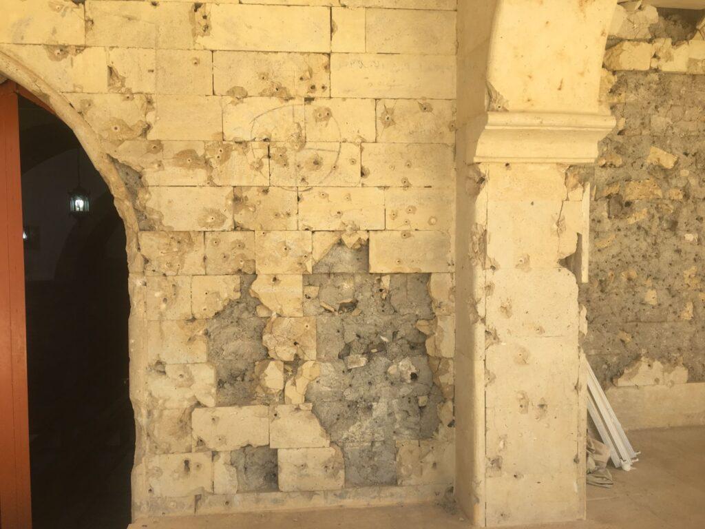 Impacts de balles sur les murs de la cour intérieure de l'église Al Tahira à Qaraqosh devenue école de tir sous l'occupation de Daech