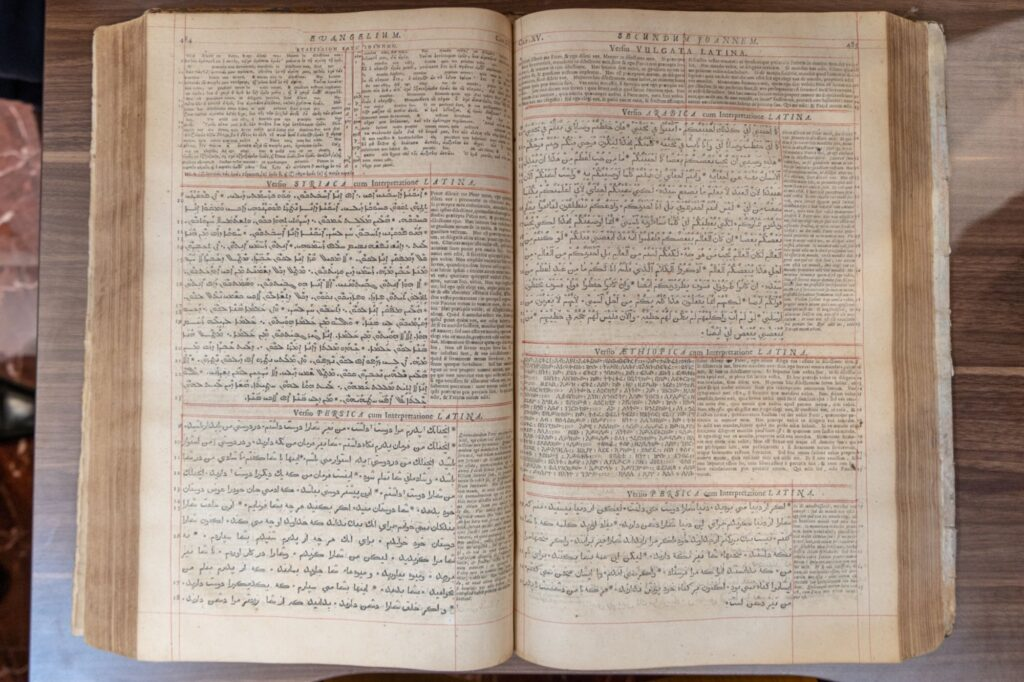 Une bible en plusieurs langues